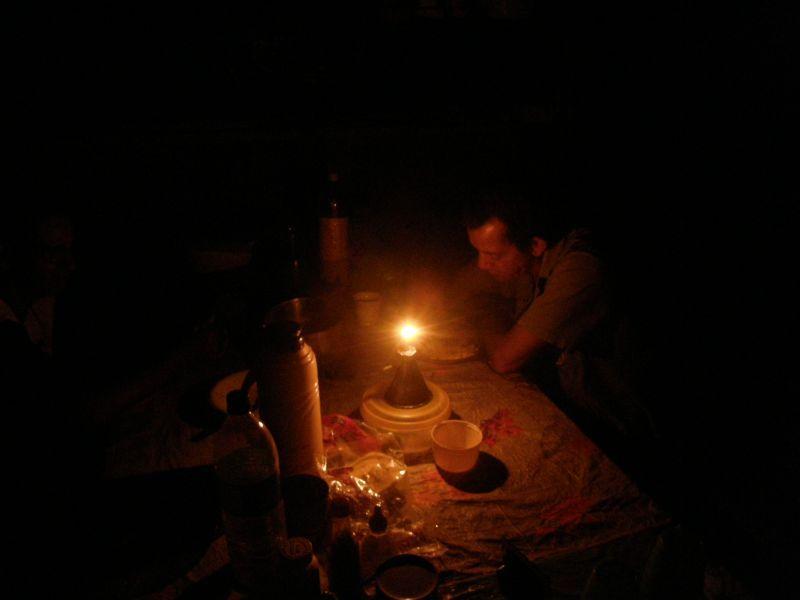 večeře v pralesním příbytku při petrolejce - Brazílie- Amazonie a Manaus