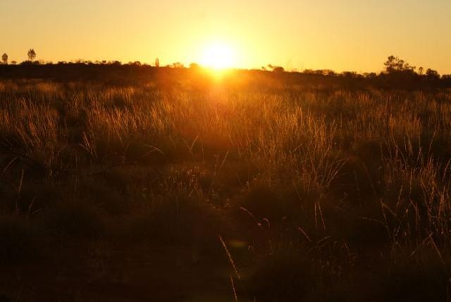 Slunce zapadá před posvátným Uluru - Centrální Austrálie