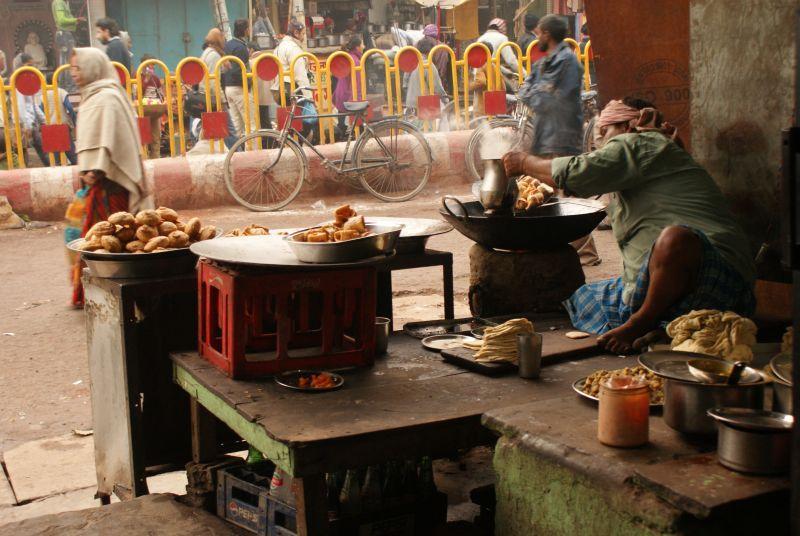 Čekání na moje thali si krátím pozorováním výroby samosas - Indie - Posvatne mesto Varanasi