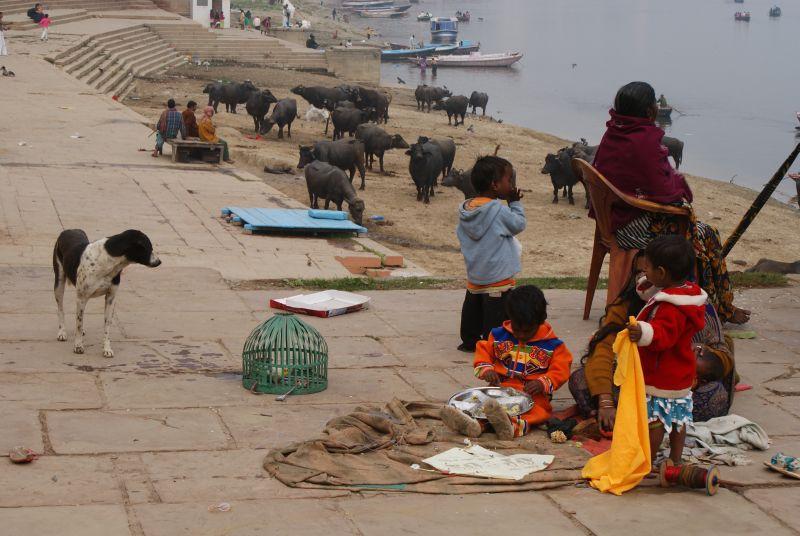 Rodinná sešlost na ghátu - Indie - Posvatne mesto Varanasi
