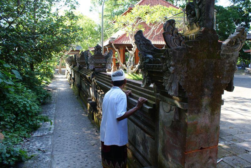 Dědula u chrámu 2 - Indonésie- Bali