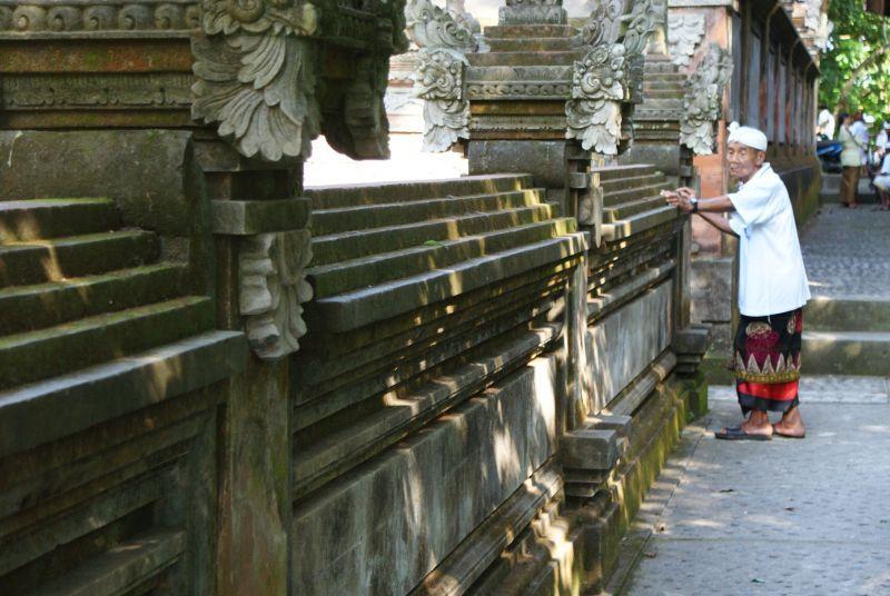 Dědula u chrámu - Indonésie- Bali