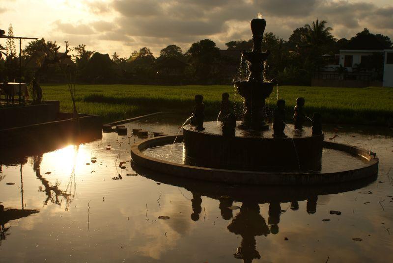 Fontána v západu slunce - Indonésie- Bali