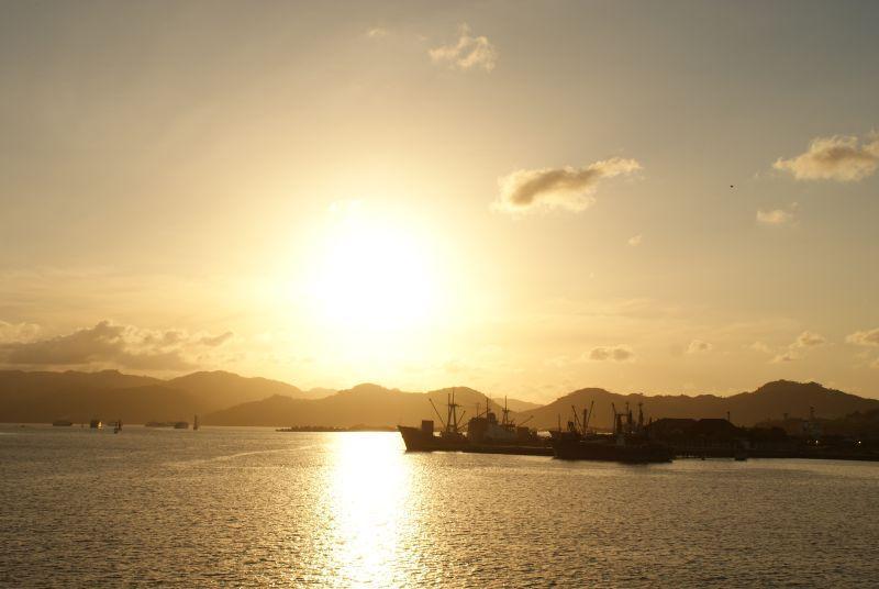 Přístav v Lomboku se koupe v západu slunce - Indonésie- Lombok