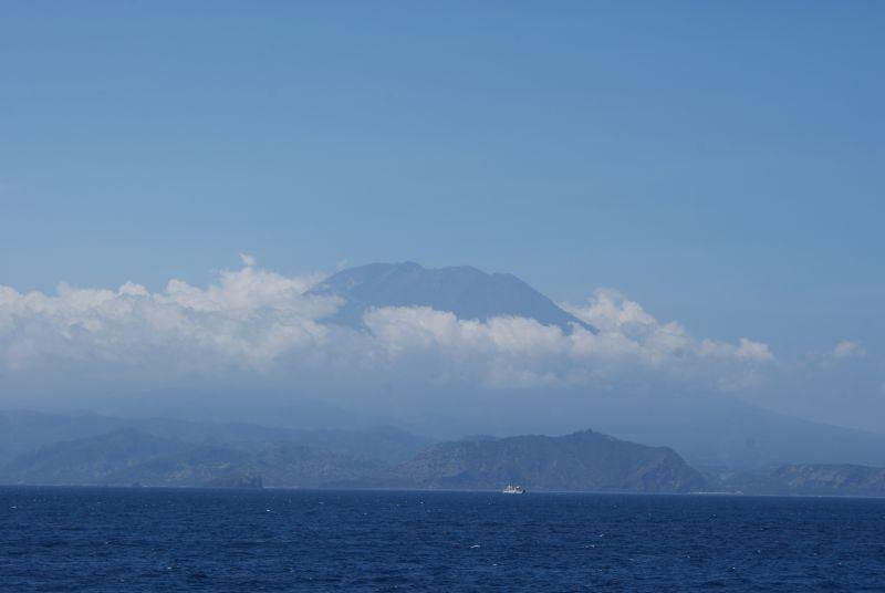 Sopka na severovýchodě Bali- pohled z lodi cestou na Lombok - Indonésie- Lombok