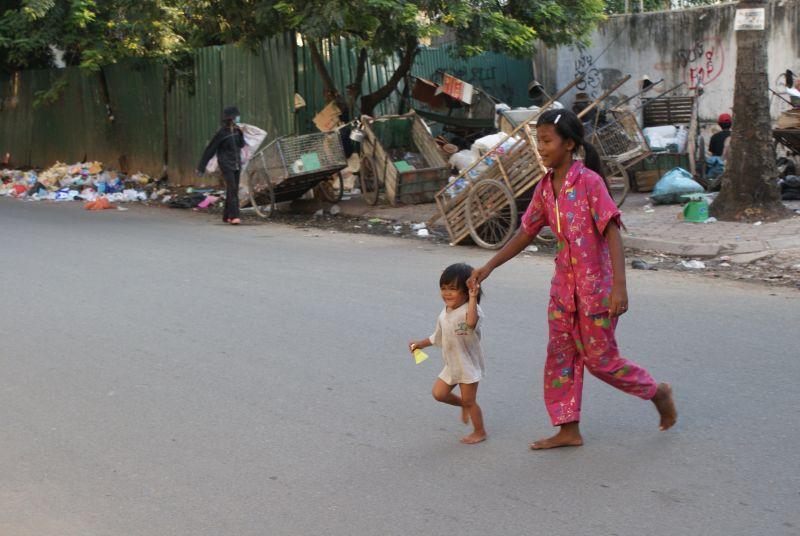 Přecházení ulice - Kambodža- Phnompenh a okolí
