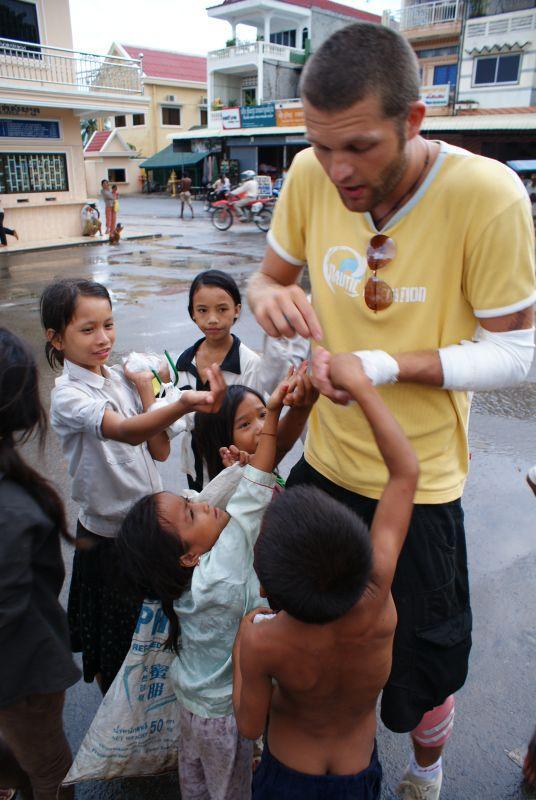 Toby rozdává lentilky na hranici - Kambodža- Phnompenh a okolí