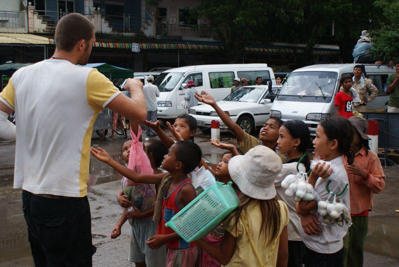 Toby rozdává lentilky na hranici II - Kambodža- Phnompenh a okolí