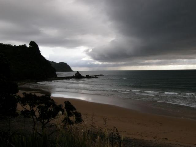 Pláž a skála na Coromandel - Nový Zéland